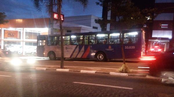 Greve de motoristas paralisa 24 linhas de ônibus