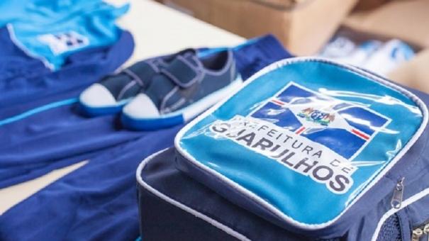 Alunos da Rede Municipal de Guarulhos recebem uniforme escolar com kit de inverno