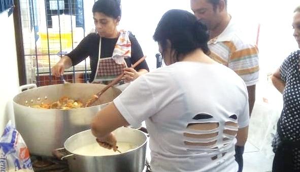 Grupo distribui refeições aos moradores de rua