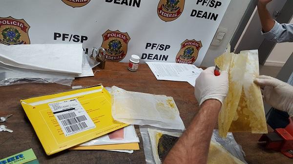 Polícia Federal prende mulher com drogas ocultas em fundo falso de mala