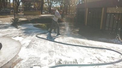 Praça Getúlio Vargas recebe limpeza novamente pela Proguaru
