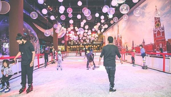 Patinação no gelo agita as férias no Shopping Cidade Jardim