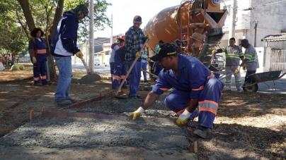 Proguaru começa concretagem de pista de caminhada na Vila Barros