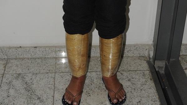 PF prende mulher com pacotes de drogas atados às pernas