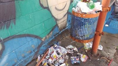 Falta de coleta de lixo causa acúmulo em ponto de ônibus