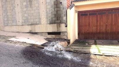Vazamento de água causa desperdício no Cidade Maia