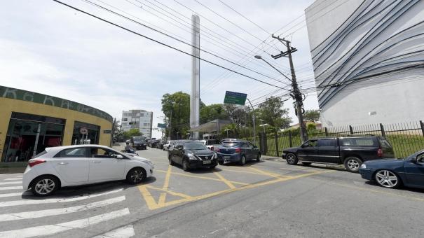 Trecho crítico da avenida Emílio Ribas vira mão única para melhorar o trânsito em Gopoúva