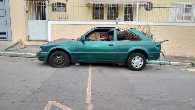 Veículo é abandonado no Picanço e vira caçamba de entulhos