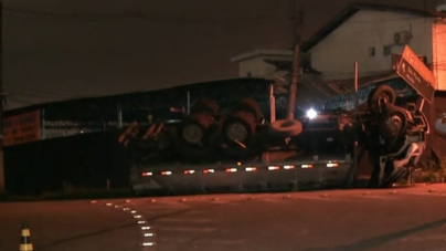 Caminhão tomba na Dutra e motorista é levado ao HGG