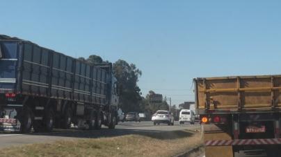 Dois caminhões colidem na Dutra e causam lentidão sentido São Paulo