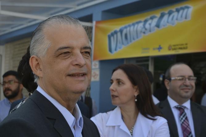Com pneumonia causada pela chuva, Márcio França vota em São Paulo