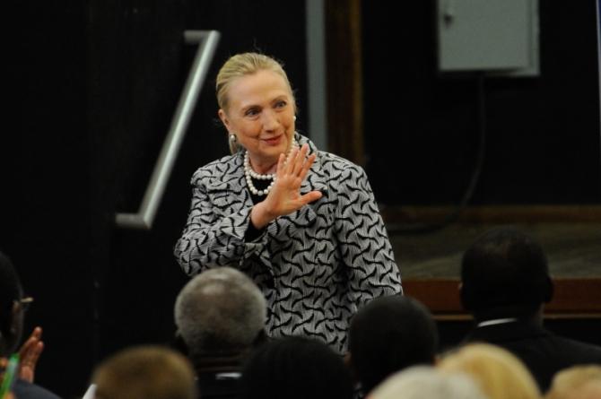 Hillary Clinton condena pacote suspeito e diz que país vive momento preocupante