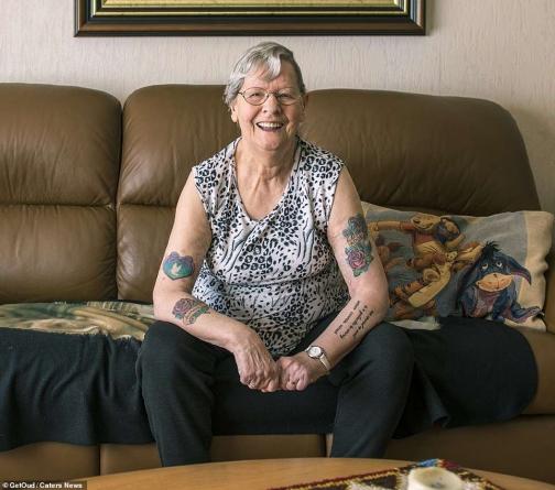 Fotógrafos holandeses retratam idosos e o envelhecimento de suas tatuagens