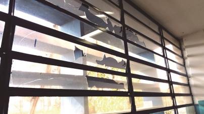 Sem manutenção, escola apresenta sinais de destruição e abandono