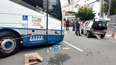 Ônibus desgovernado arrasta quatro carros e mata uma pessoa no centro de Guarulhos
