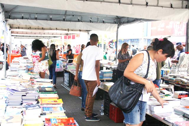 CEUs na cidade recebem projeto cultural Book Truck
