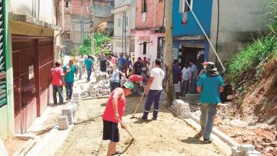 Projeto 'Mãos à Obra' leva pavimentação a diversas vias da cidade