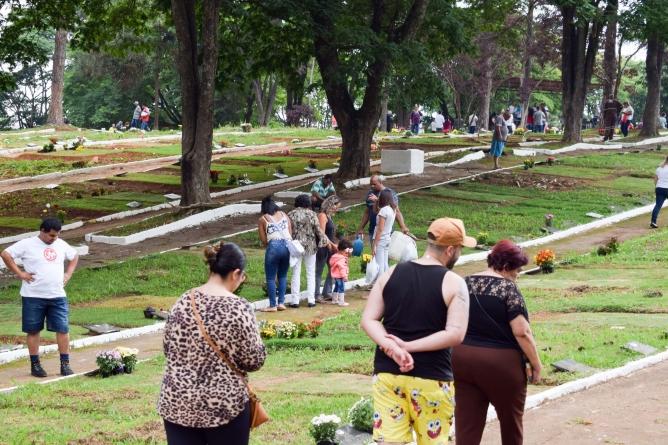 Cemitérios recebem 60 mil visitantes durante o Dia de Finados