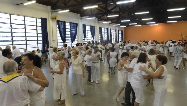 Baile do Branco marca confraternização de usuários dos CCIs