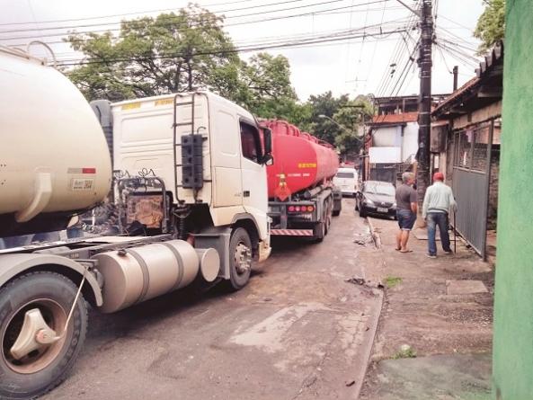 Caminhões de combustível atrapalham trânsito no Jardim Santo Afonso