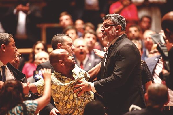 Diplomação de eleitos em SP tem confusão envolvendo Alexandre Frota e ativista