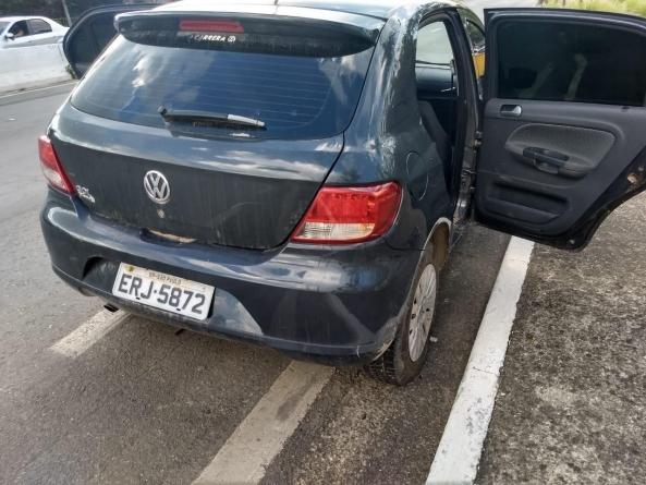 Veículo abandonado com placas falsas é apreendido com tijolos de maconha