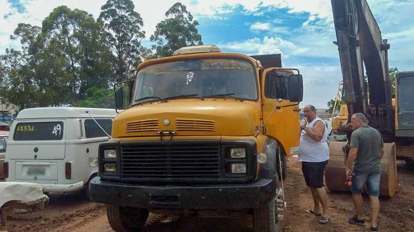 Caminhão é aprendido por descarte irregular e motorista é detido