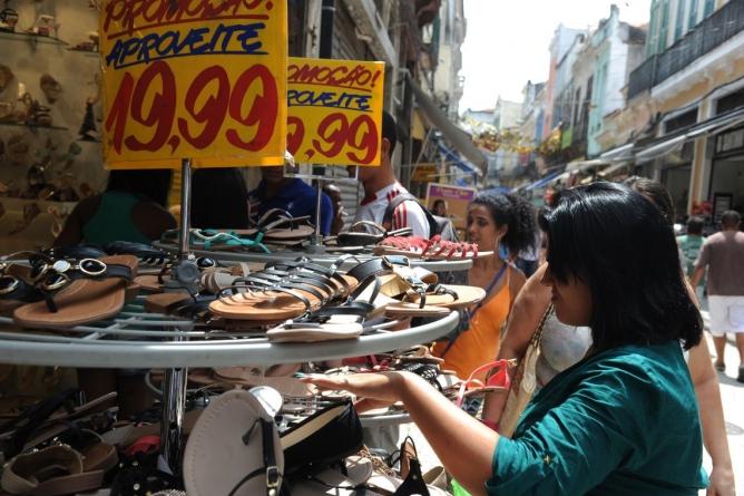 Intenção de consumo das famílias atinge maior nível em três anos, diz CNC