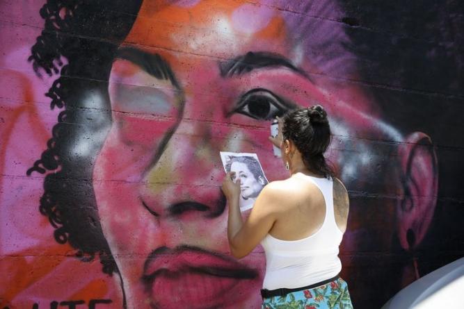 Grafites de Marielle e Maria da Penha são alvo de vândalos no Rio