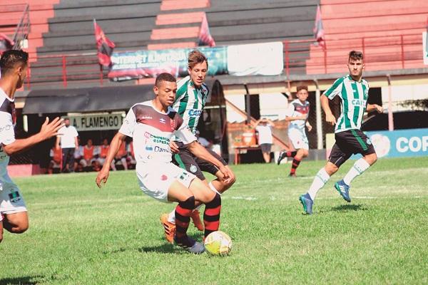 Flamengo perde em casa, mas segue na Copinha