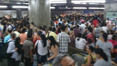 Falha na Linha 1-Azul do metrô de SP fecha três estações e lota plataformas
