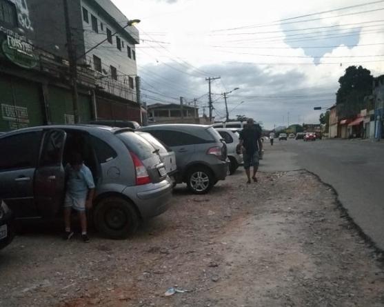 Rua sem asfalto serve de estacionamento irregular para comércios no São João