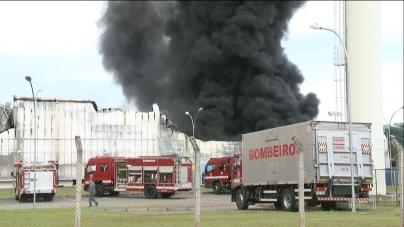 Galpão pega fogo às margens da Fernão Dias em Atibaia