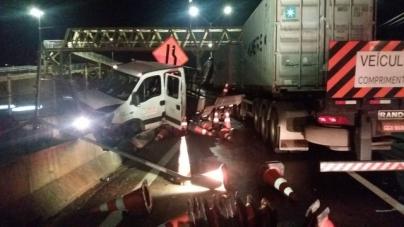 Carreta invade canteiro de obras e mata um funcionário na Fernão Dias em Atibaia