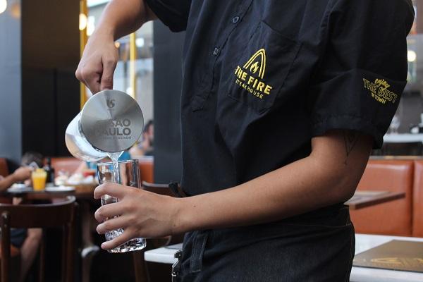 The Fire Steakhouse segue linha de restaurantes internacionais e oferece água de graça para clientes