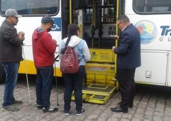 Em aula prática, alunos de programa de inclusão reconhecem o interior dos ônibus