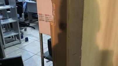 Após três atos de vandalismos em unidades, Secretaria da Saúde foi arrombada ontem