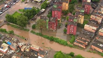 Chuva mantém alagamento no bairro Vila Itaim, na zona leste de SP