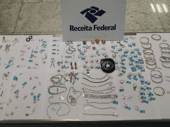 Receita Federal apreende aproximadamente R$ 1 milhão em joias na bagagem de passageiro em Guarulhos