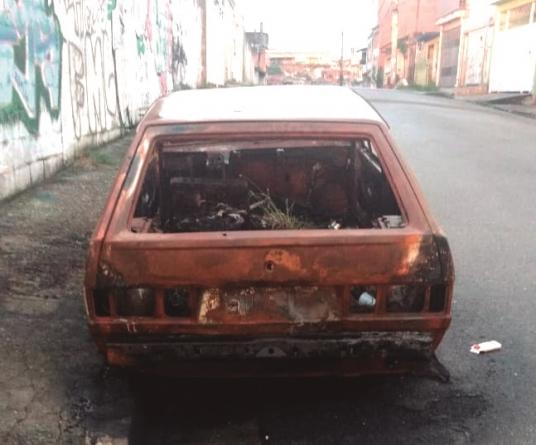 Carro é abandonado no Parque Alvorada e acumula entulhos há mais de um ano