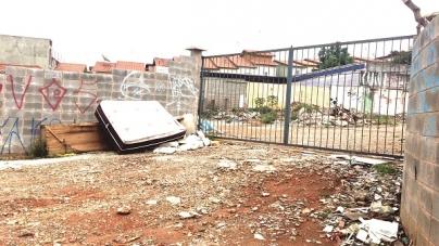Após retirada de moradores, espaço da Comunidade Fiat é usado para descarte de terra e restos de obras