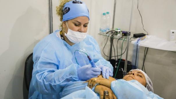 """Projeto social """"Arte com Paixão"""" doa tatuagens gratuitas para mulheres com câncer"""