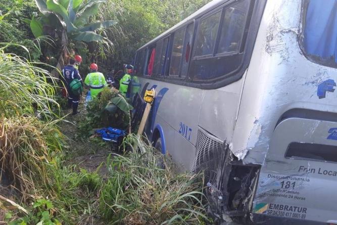 Em SP, ônibus cai em ribanceira após colidir com caminhão na Régis Bittencourt