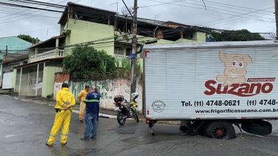 Caminhão entala em buraco e Corpo de Bombeiros é acionado para resgate