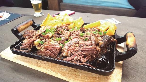 Degas Costelaria e Petiscaria oferece almoço e carnes