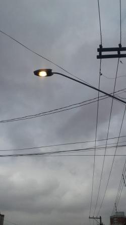 Postes de iluminação da cidade permanecem com as luzes acesas durante o dia