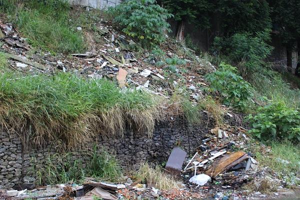 Moradores sofrem com acúmulo de lixo na Vila dos Machados