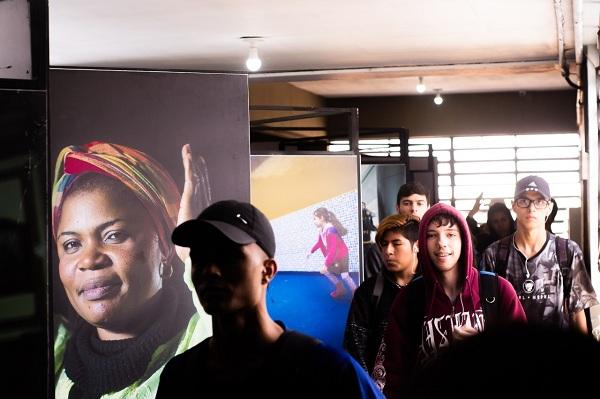 Escola no Continental I recebe exposição fotográfica 'Vidas Refugiadas'