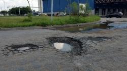 Buraco em rua que dá acesso à via Dutra aguarda conserto há quase um ano