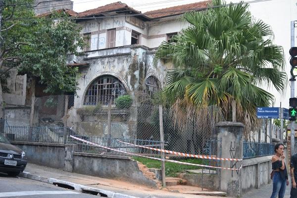 Parte do muro do casarão da avenida Sete de Setembro cede